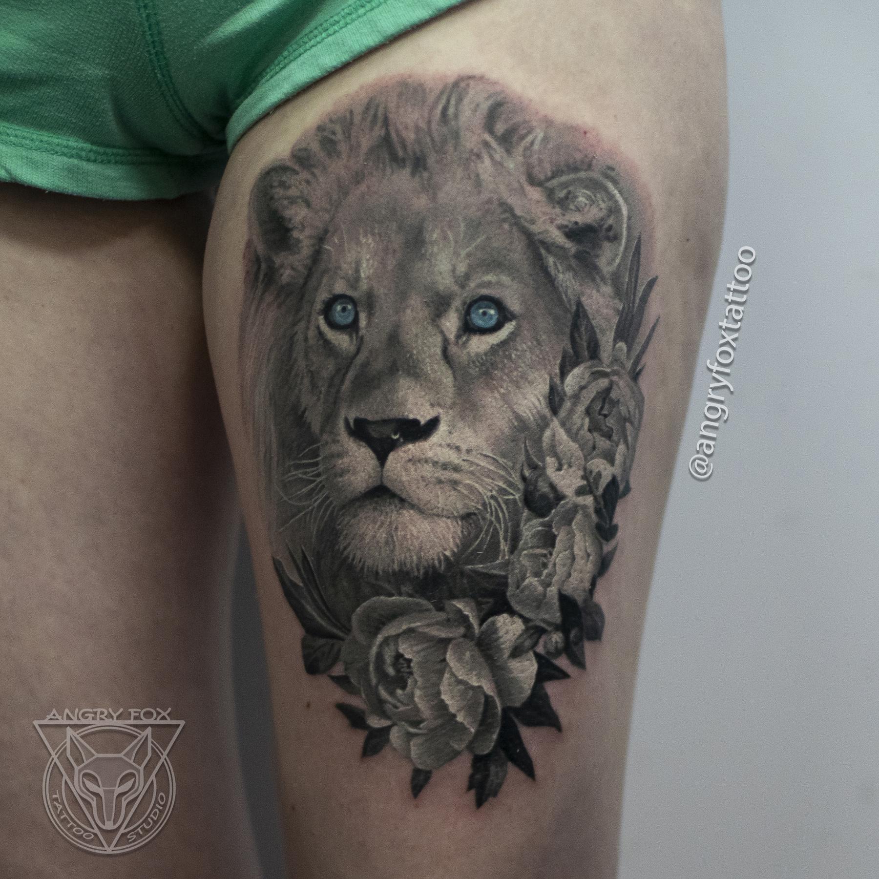 Татуировка, тату, девушка, нога, бедро, лев, цветы, пионы, голова, грива, глаза, реализм