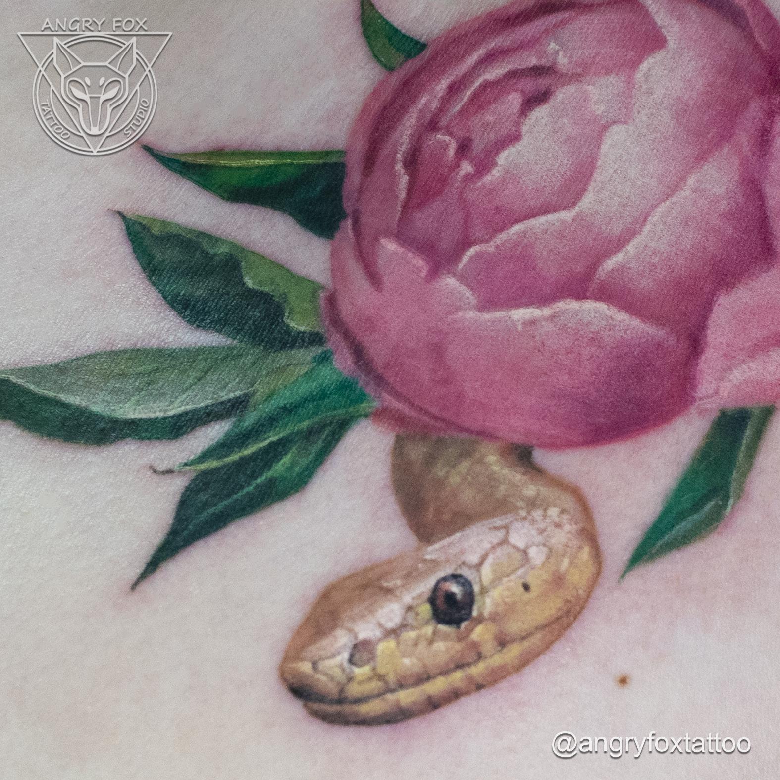 Татуировка, тату, девушка, плечо, ключица, роза, цветок, листья, змеяТатуировка, тату, девушка, плечо, ключица, роза, цветок, листья, змея, реализм