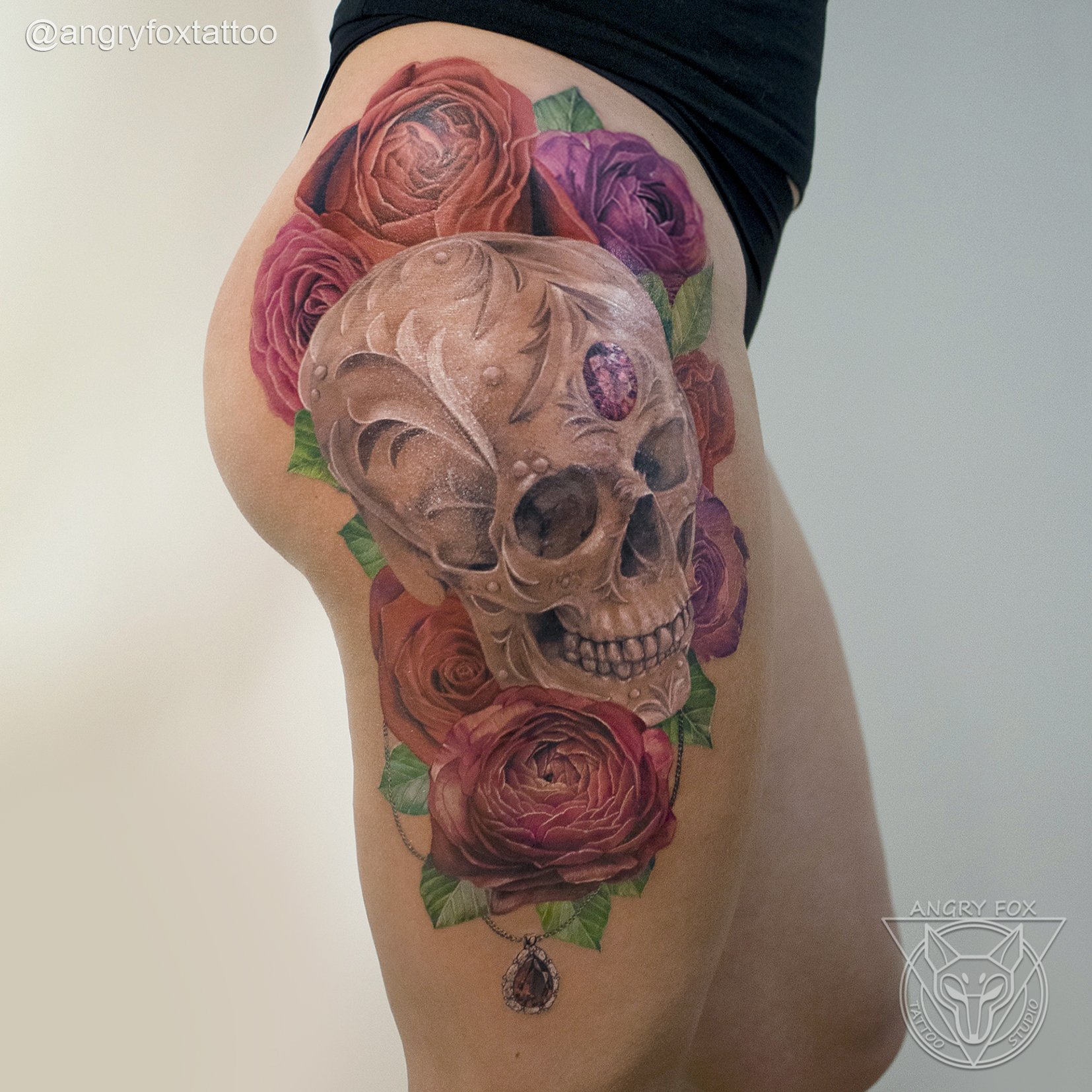 татуировка, тату, бедро, нога, попа, ягодицы, череп, розы, реализм, подвеска, рубин, бриллиант, алмаз, цветы, кулон