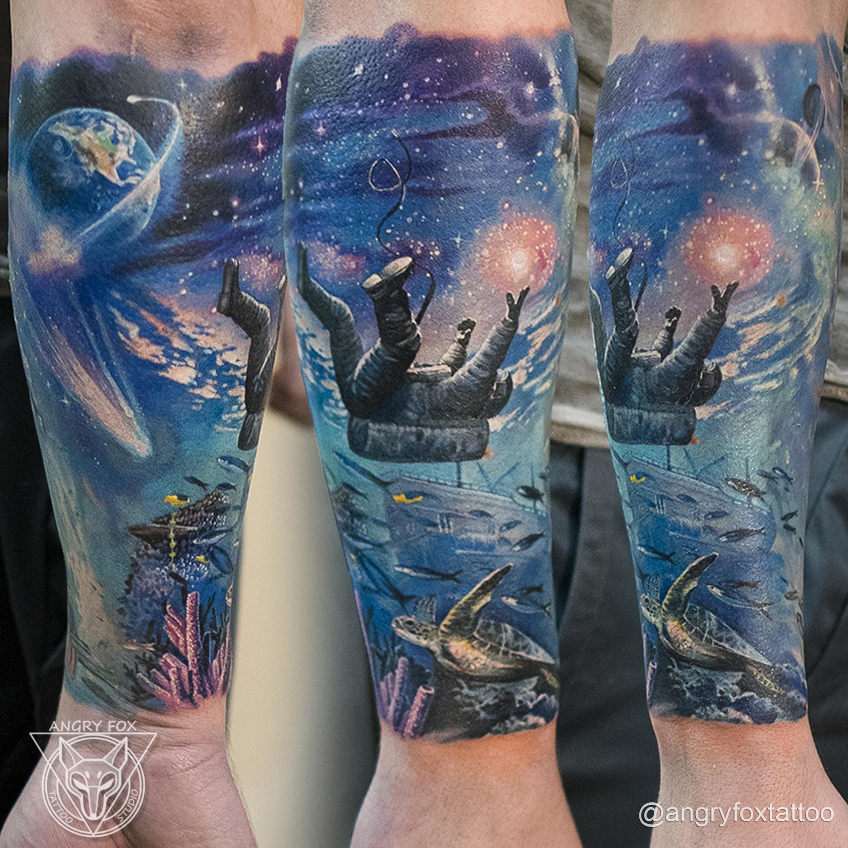 татуировка, тату, реализм, рука, предплечье, кораллы, черепаха, корабль, затонул, космос, земля, звезды, космонавт, акваланг, мужчина, рыбы
