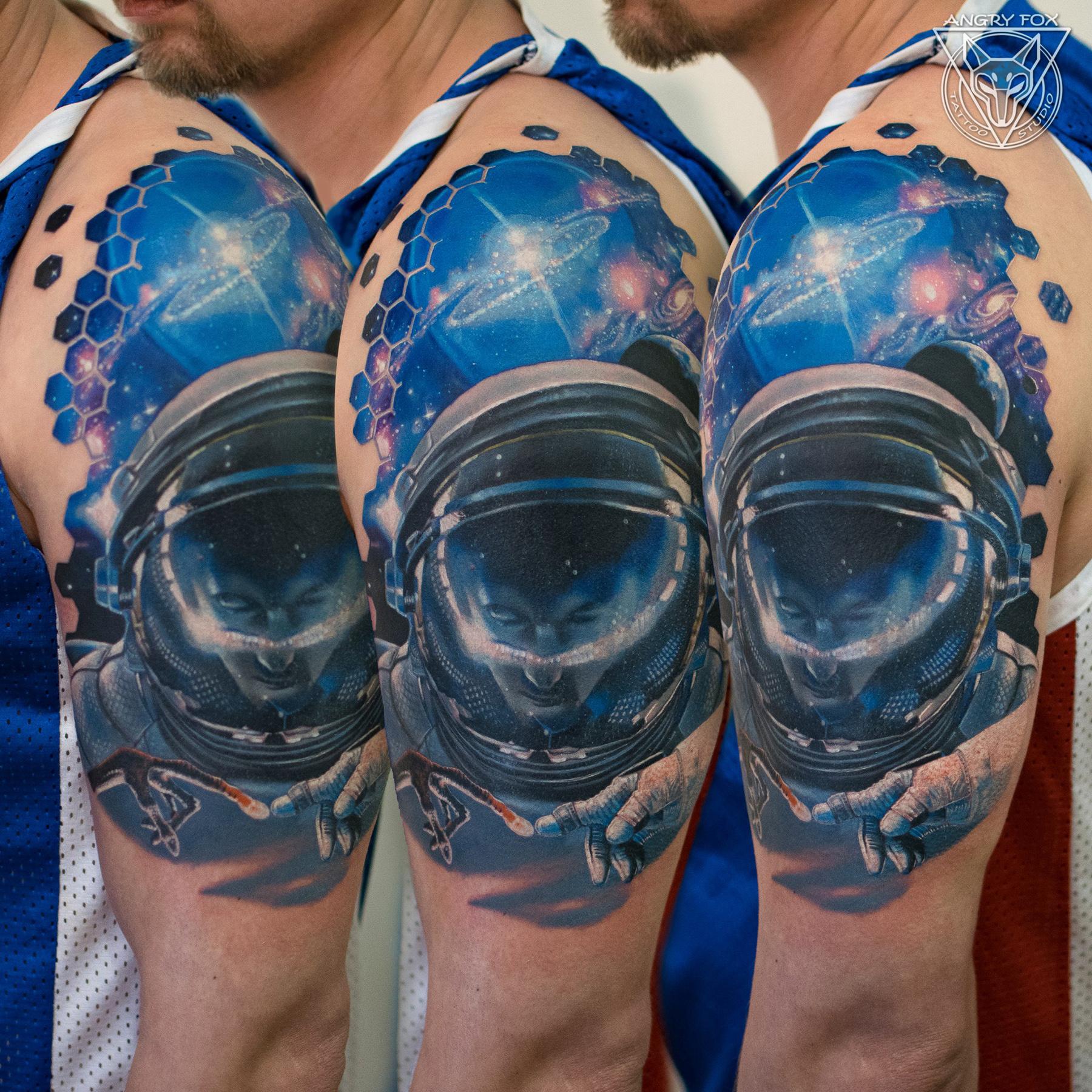 Татуировка, тату, мужчина, реализм, рука, плечо, космонавт, инопланетянин, космос, планеты, звезда, галактика
