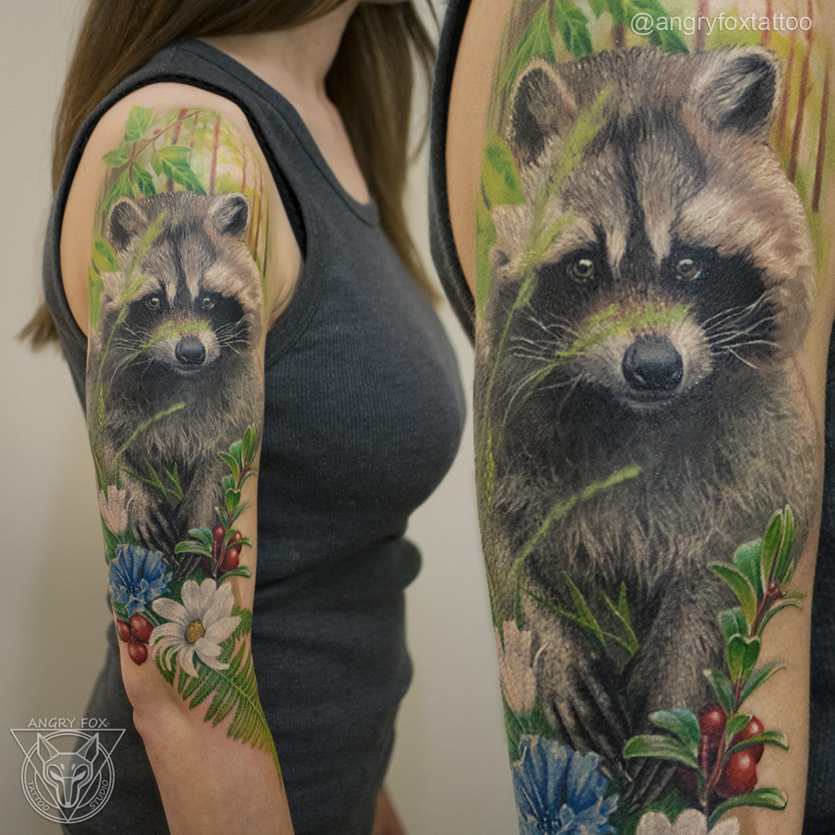 татуировка, тату, рука, плечо, локоть, девушка, реализм, енот, василек, брусника, ромашка, папоротник, лес, листья