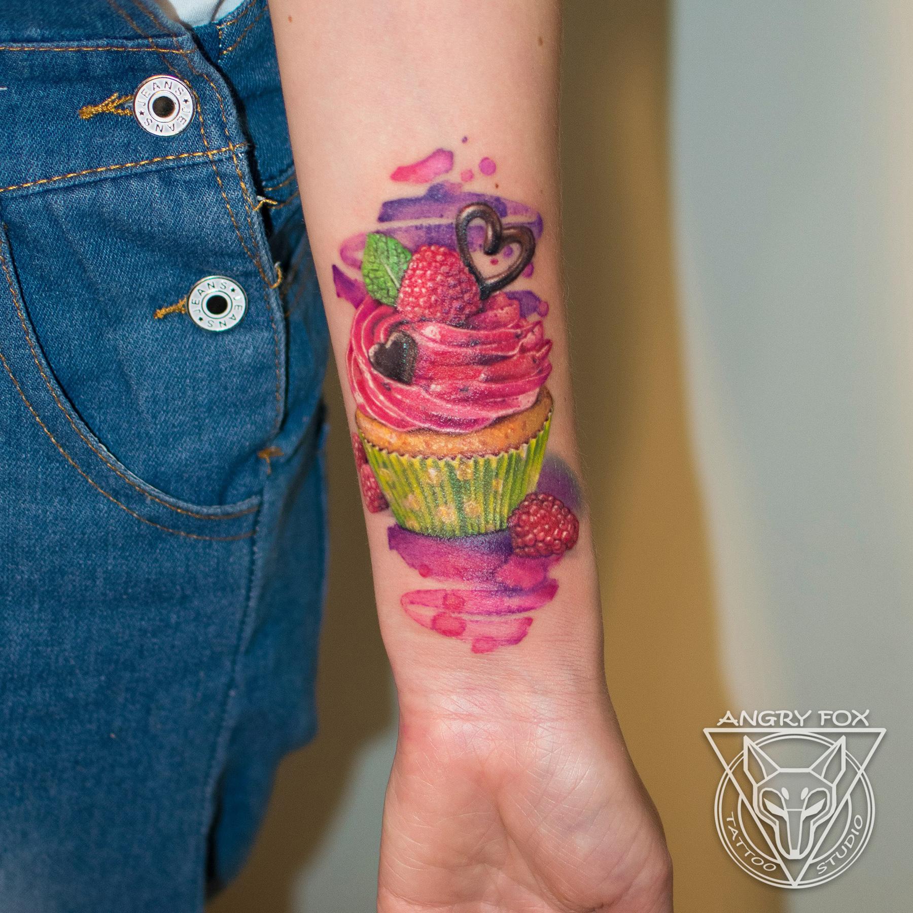 Татуировка, тату, девушка, предплечье, рука, пирожное, безе, крем, мята, шоколад, малина, ягоды, кекс, акварель, реализм