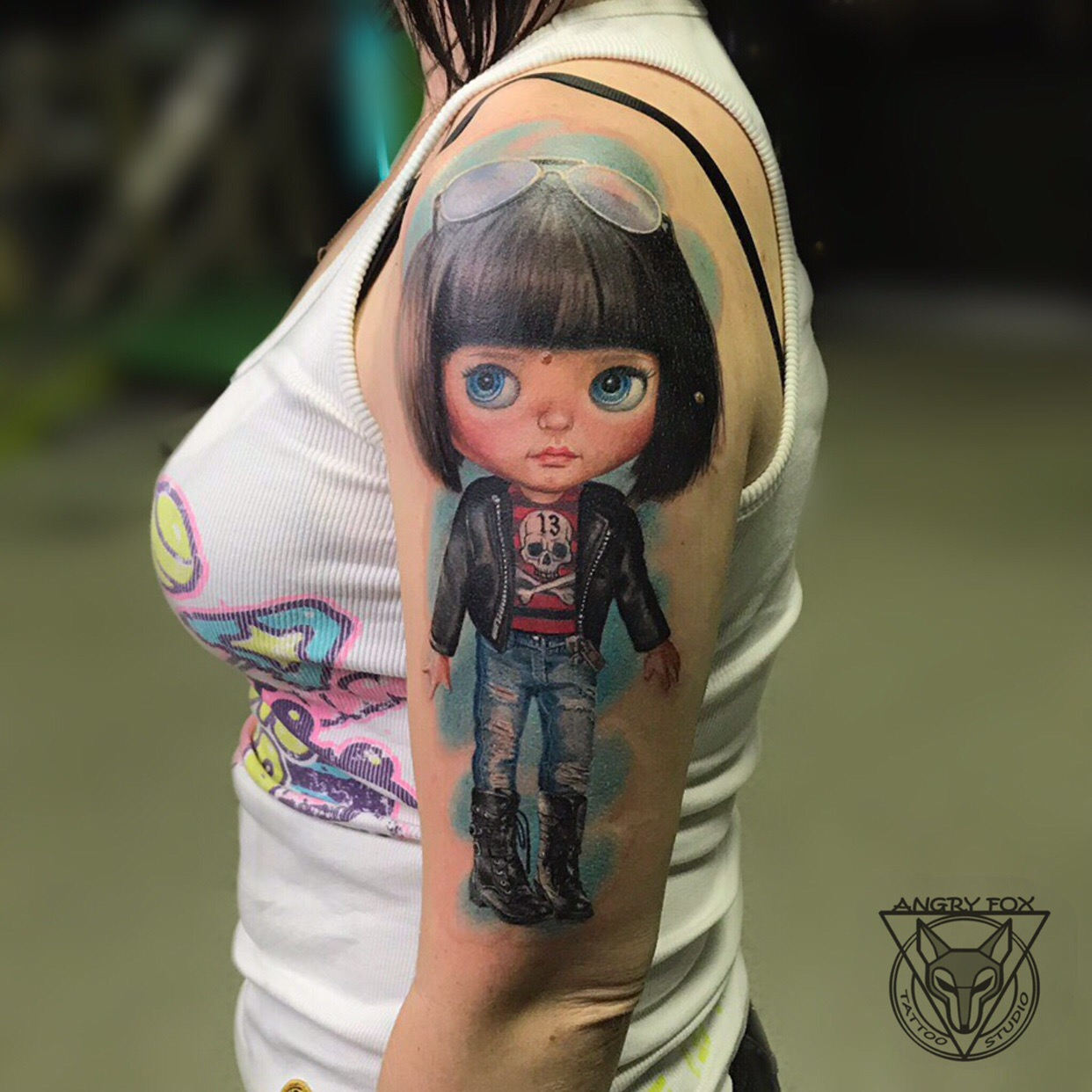 Татуировка, тату, рука, плечо, девушка, кукла, очки, куртка, берцы, джинсы, череп, 13, реализм