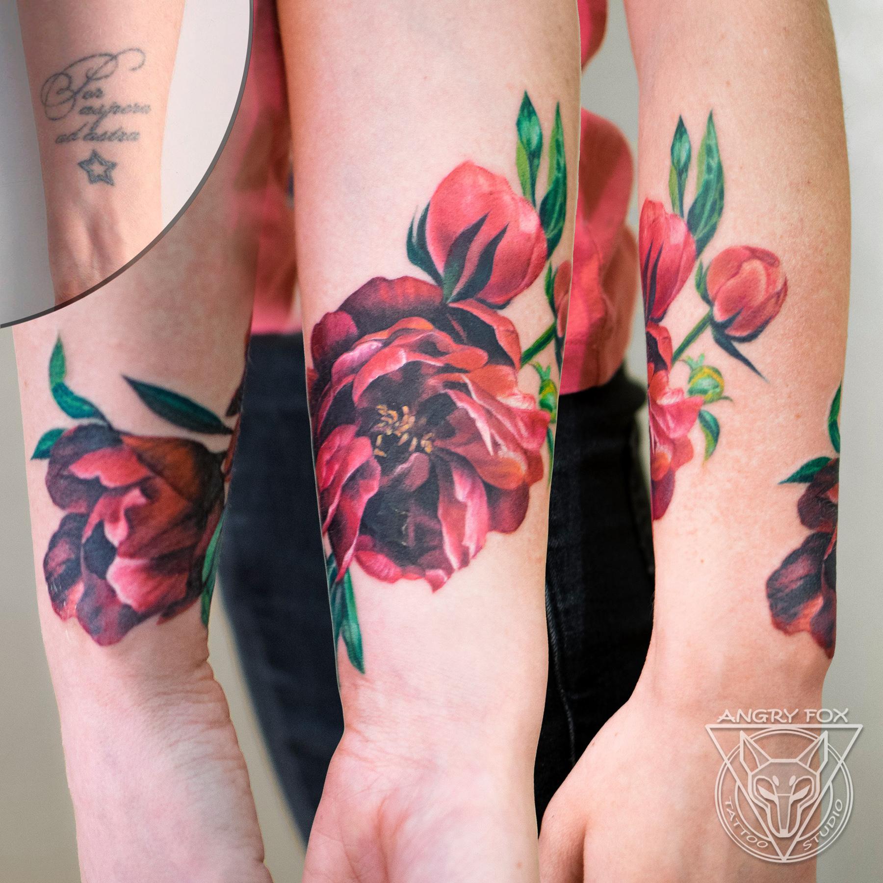 татуировка, тату, каверап, перекрытие, рука, запястье, предплечье, пион, цветы, листья, реализм, девушка