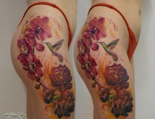 Татуировка, тату, реализм, акварель, девушка, бедро, нога, попа, ягодицы, колибри, птица, цветы, орхидея, пионы
