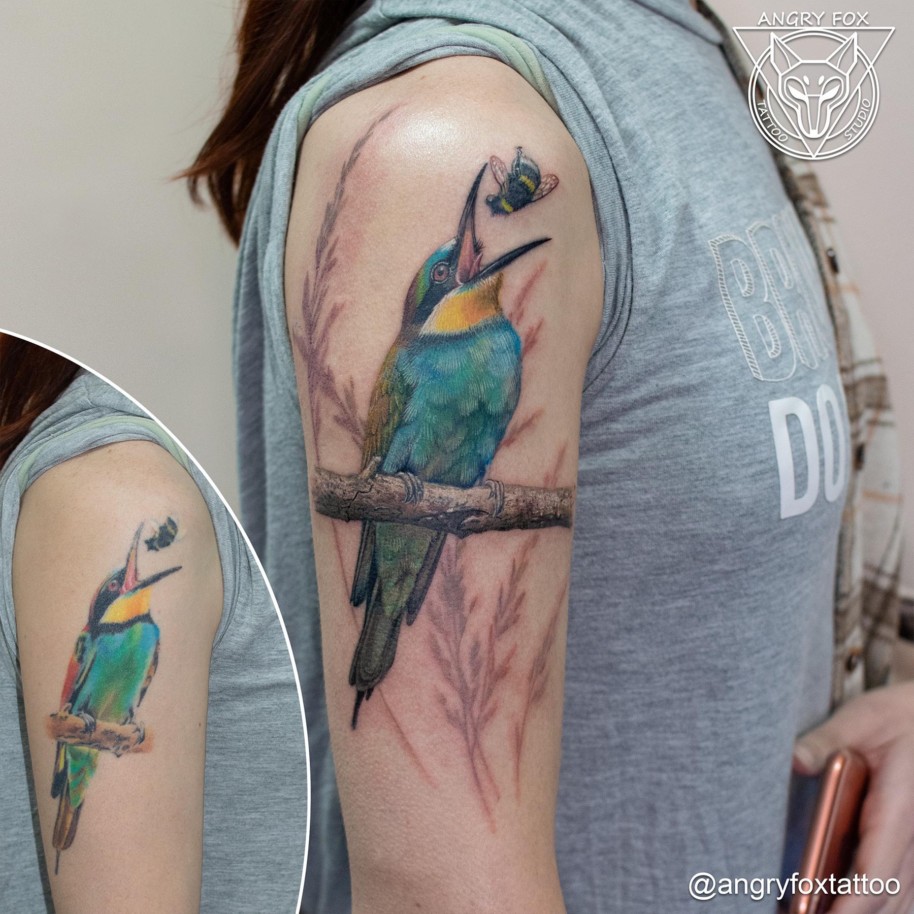 тату, татуировка, плечо, щурка, перекрытие, пчела, колоски, птица, природа, ветка, цветная, ест, фото, насекомое, хищник, после, реализм, реалистичная